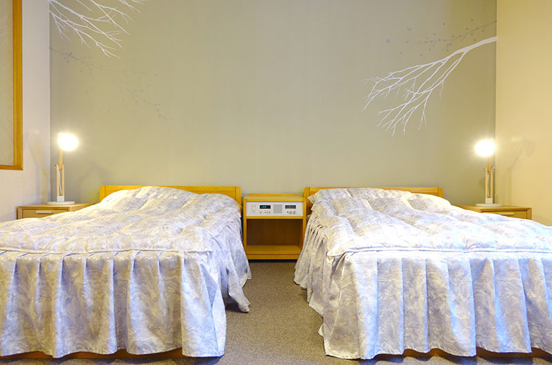Ebina Chalet and Lodge Twin Bedroom with Table Lamps   Moiwa