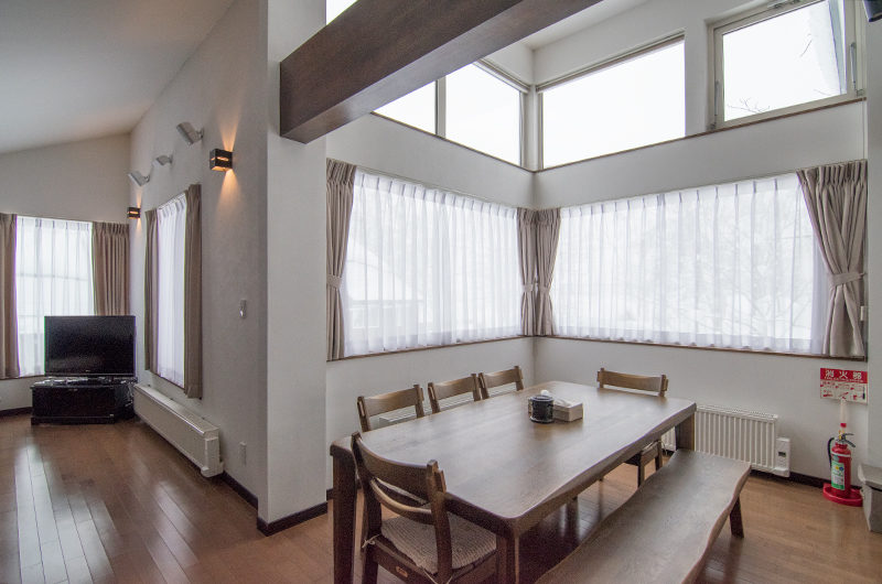 Shungyo Dining Area with Wooden Floor | East Hirafu