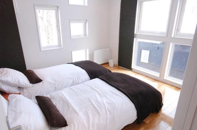 Peak Twin Bedroom with Wooden Floor | Lower Hirafu
