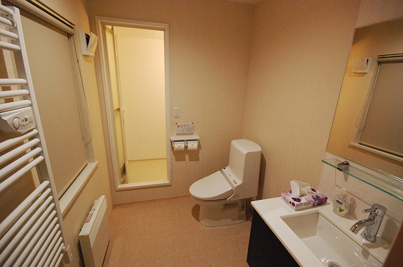 Cisco Moon Lodge Bathroom with Mirror | Lower Hirafu