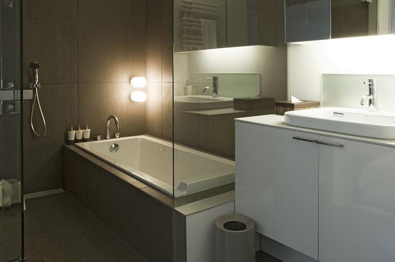 J-Sekka Suites Bathroom | Middle Hirafu