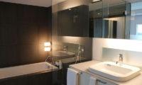 J-Sekka Suites Bathtub at Night | Middle Hirafu