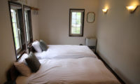 Popcorn Lodge Bedroom with Twin Beds with Windows   East Hirafu