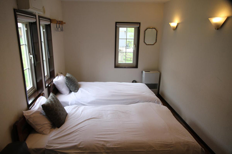 Popcorn Lodge Bedroom with Twin Beds with Windows | East Hirafu