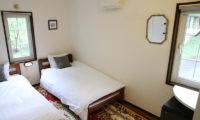 Popcorn Lodge Bedroom with Twin Beds   East Hirafu