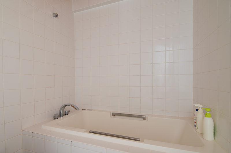 Sakura Apartments Bathtub with Bath Aminities | Lower Hirafu