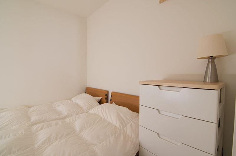 Sakura Apartments Twin Bedroom with Table Lamp | Lower Hirafu