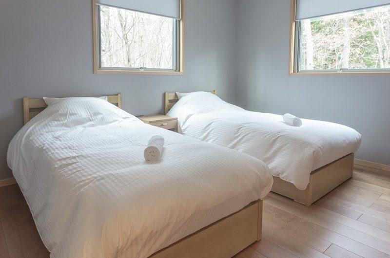 Bluebird Chalets Twin Bedroom with Wooden Floor | Echoland
