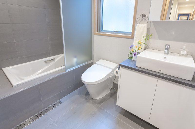 Bluebird Chalets Bathroom with Bathtub | Echoland