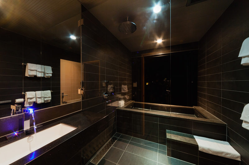 Phoenix One En-Suite Bathroom with Bathtub | Lower Wadano