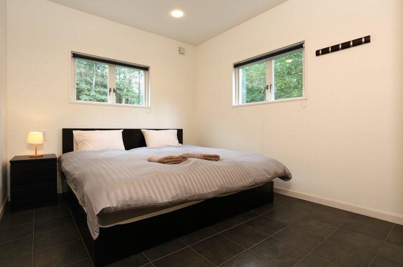 Powdersuites Bedroom with Table Lamp | Goryu / Hakuba 47
