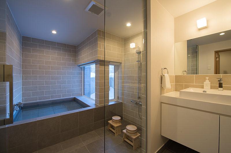 Chalet Luma Bathroom with Bathtub | West Hirafu