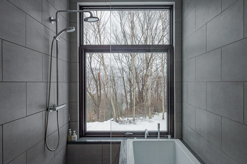 Yanagi House Bathtub with Shower | West Hirafu