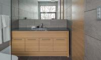 Yanagi House Bathroom with Shower | West Hirafu