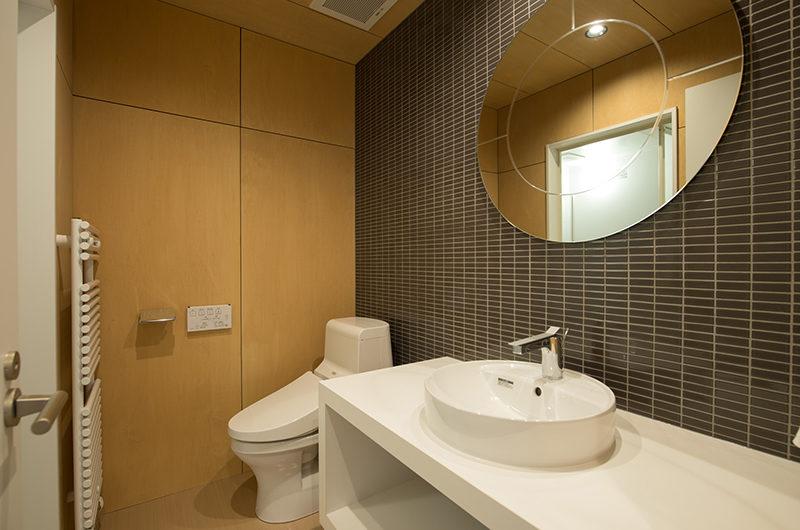 Yorokobi Lodge Bathroom with Mirror | West Hirafu