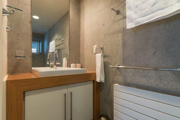 Kitanishi Three Bathroom with Mirror | Middle Hirafu