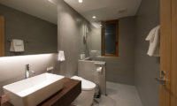 Kazahana Spacious Bathroom | Middle Hirafux