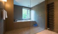 Moiwa Chalet Bathroom with Bathtub | Moiwa