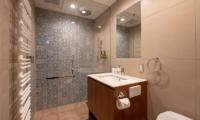 Kitsune House Bathroom with Shower | Lower Hirafu