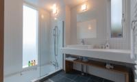 Komorebi Chalet Bathroom with Mirror | East Hirafu