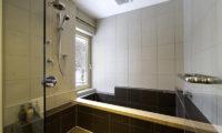 Mizunara Bathroom with Bathtub | Lower Hirafu