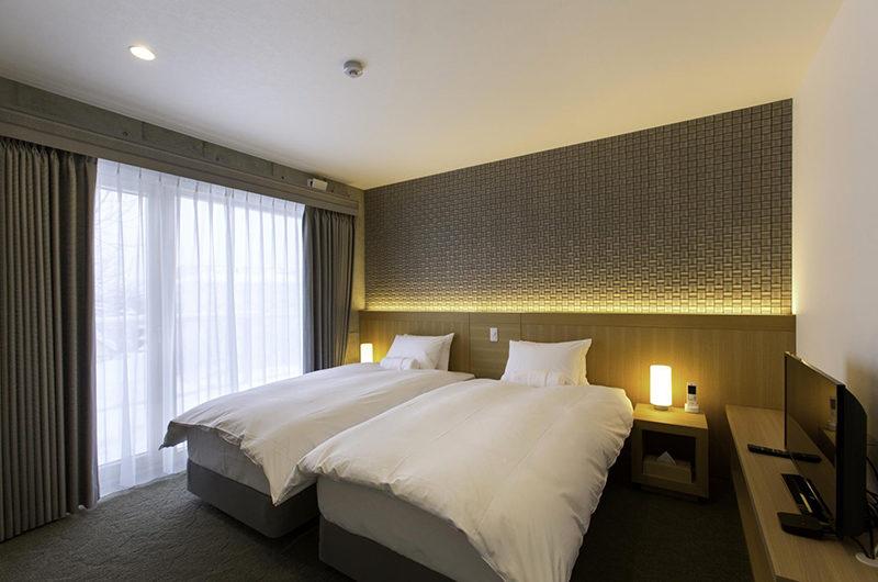 Mizunara Twin Bedroom with Side Lamps | Lower Hirafu