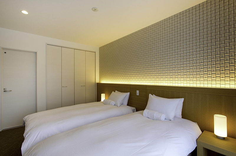 Mizunara Twin Bedroom with Side Lamps and Wardrobe | Lower Hirafu