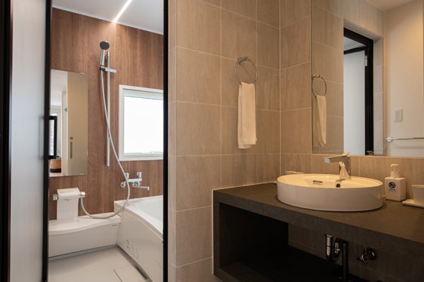 Roku Bathroom with Bathtub | West Hirafu