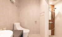 Roku Lounge Bathroom with Lights | West Hirafu