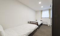 Tsumugi Lodge Twin Bedroom with Window | West Hirafu