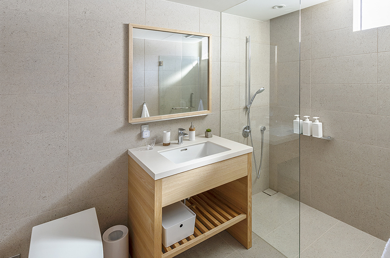 Sakka Rocks Chalet Bathroom with Mirror | Upper Wadano