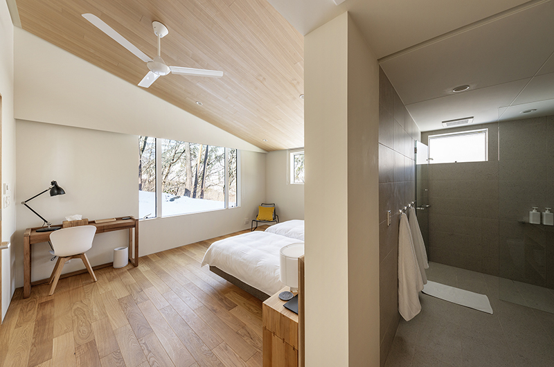 Sakka Rocks Chalet Twin Bedroom and Bathroom | Upper Wadano
