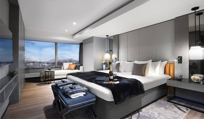 Hinode Hills Spacious Bedroom with Side Lamps   Niseko Village