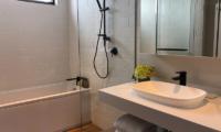 Koa Niseko Bathroom with Bathtub and Shower   Higashiyama