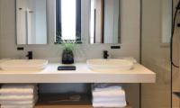 Koa Niseko His and Hers Bathroom   Higashiyama
