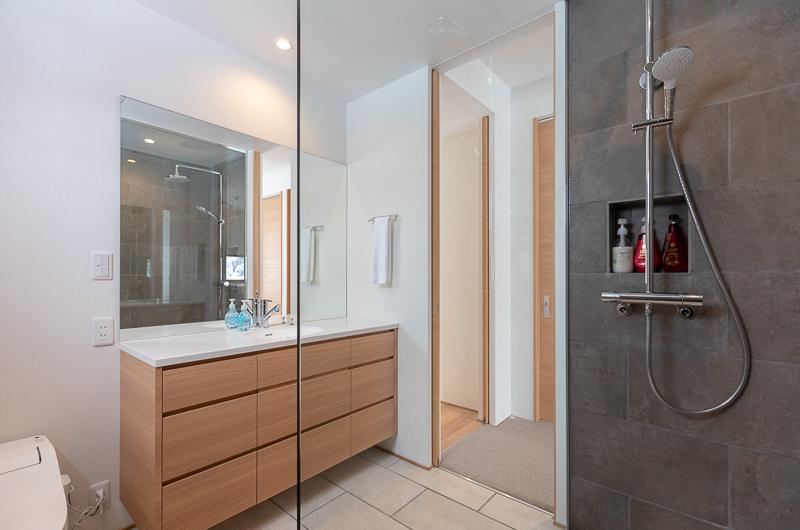 Hokkaidaway Bathroom with Shower   West Hirafu