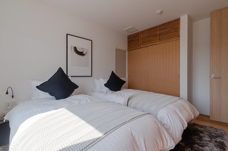 Silver Dream Twin Bedroom | West Hirafu