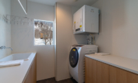 Silver Dream Laundry Room | West Hirafu