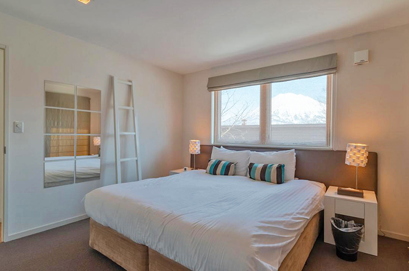 Snow Fox Bedroom with Table Lamps | Lower Hirafu