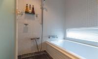 Snow Fox Bathroom with Bathtub | Lower Hirafu
