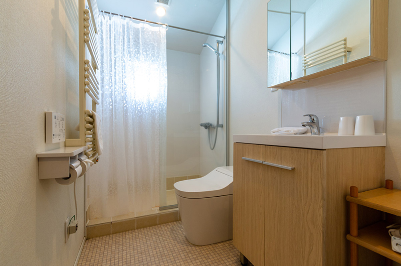 Tanoshii Chalet En-Suite Bathroom | East Hirafu